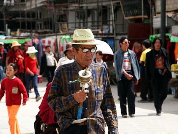 https://de.topchinatravel.com/pic/stadt/tibet/lhasa/attractions/Barkhor-Street-8.jpg