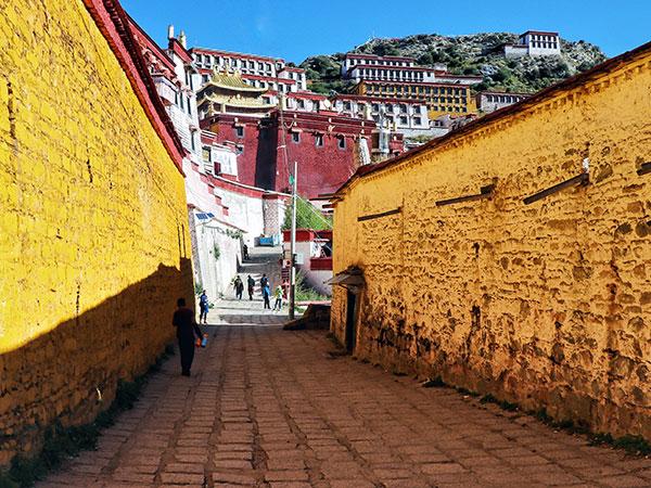 https://de.topchinatravel.com/pic/stadt/tibet/lhasa/attractions/Ganden-Monastery-2.jpg